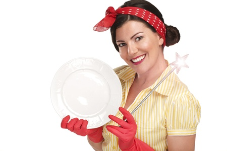 lavar platos: Mujer hermosa joven ama de casa que muestra una varita m�gica en los platos en el fondo blanco Foto de archivo