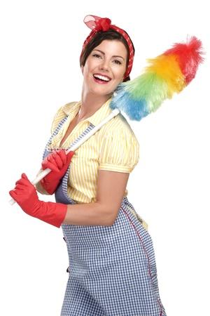 feliz joven hermosa mujer de limpieza polvo en el fondo blanco