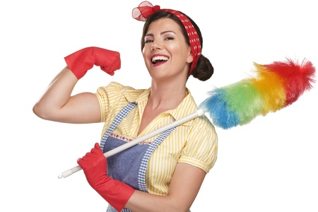 maid: feliz joven hermosa mujer de limpieza polvo en el fondo blanco