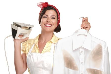 heureuse femme au foyer belle femme repassant une chemise sur blanc Banque d'images