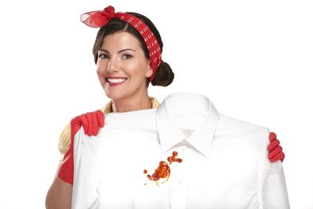 mujer hermosa ama de casa que muestra una camisa sucia en blanco
