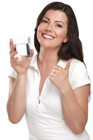 joven y bella mujer bebiendo agua fresca en blanco Foto de archivo