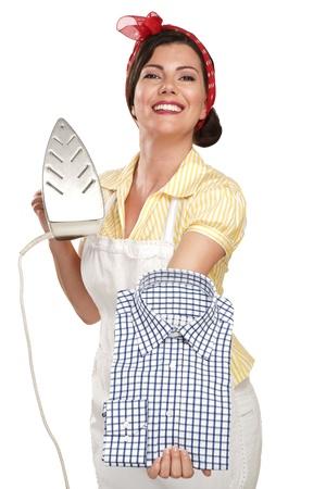 ama de casa: feliz hermosa mujer ama de casa que plancha una camisa en blanco
