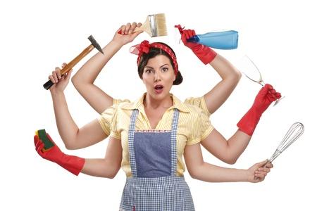 ziemlich sehr beschäftigt Multitasking Hausfrau auf weißem Hintergrund Standard-Bild