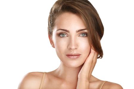 若い美しいモデルを白の完璧な肌のためにポーズを閉じる
