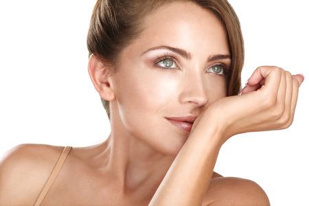 belle brunette: belle brune modèle féminin sentir son parfum sur fond blanc