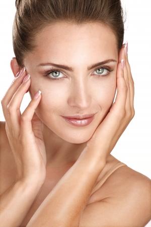 bella modelo que muestra su cara perfecta piel blanca