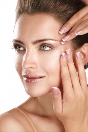 白の彼女の完璧な肌の顔を示す美しいモデル