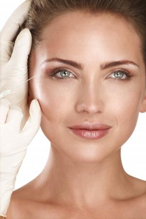 白化粧品治療注入する若い美しいモデル 写真素材
