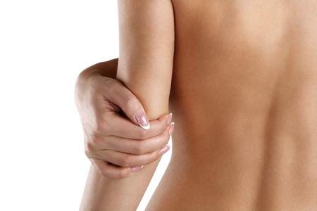 codo: Primer plano de una mujer con su doloroso codo en blanco
