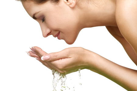 fresh face: Bella donna rinfrescante viso con acqua su fondo bianco Archivio Fotografico