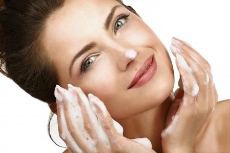 美しい女性の白い泡の治療と彼女の顔の洗浄 写真素材