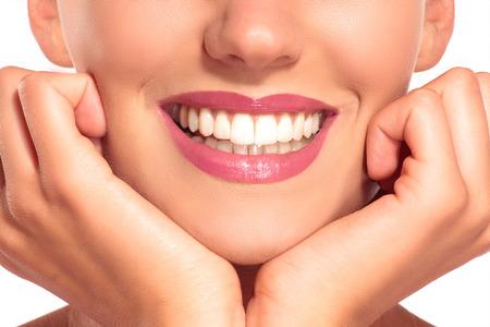Primer plano de mujer sonriente con dientes blancos y perfectos en blanco Foto de archivo