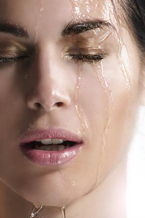 waterval op een mooie gezicht close-up op wit