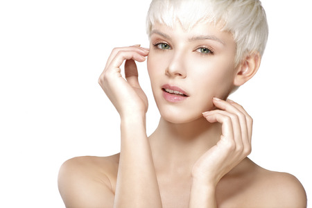 knippen: Model van de schoonheid blond kort haar zien perfecte huid op wit Stockfoto