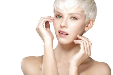 hair short: Modello di bellezza capelli corti biondi che mostra la pelle perfetta su bianco