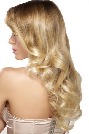ragazze bionde: Bello giovane modello capelli biondi ricci posa su bianco