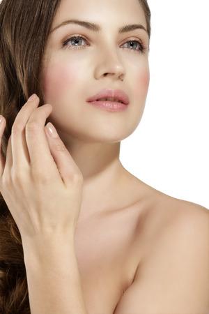 Piel de la joven belleza con enrojecimiento, problemas de la piel en blanco