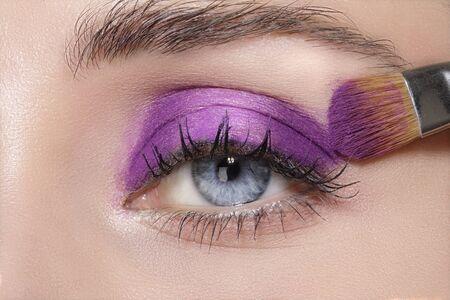 artistas: Close up en los ojos, haciendo sombras de ojos de colores y tutorial delineador