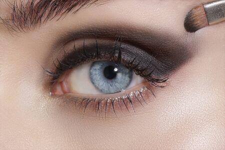 maquillaje de ojos: Close up en los ojos, haciendo sombras de ojos de colores y tutorial delineador