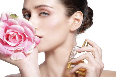 彼女の体に花の香りを噴霧美しい若いモデル 写真素材 - 40899364
