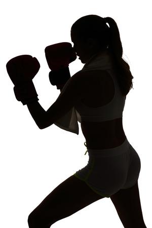 un caucásico mujer de boxeo en el ejercicio de estudio de la silueta aislado en el fondo blanco Foto de archivo