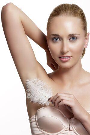 axila: Mujer hermosa que muestra su axila perfectamente afeitado en blanco
