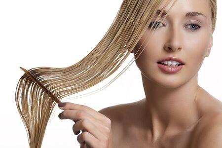peine: bella modelo peine el pelo mojado después de lavarse en blanco
