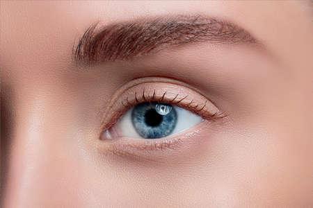 maquillaje de ojos: Ojo de la mujer con el primer hermoso maquillaje