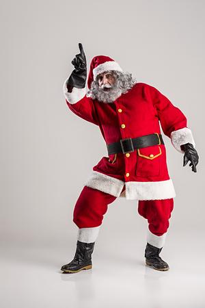 weihnachtsmann lustig: fröhlich lustig traditionellen Weihnachtsmann mit Tasche