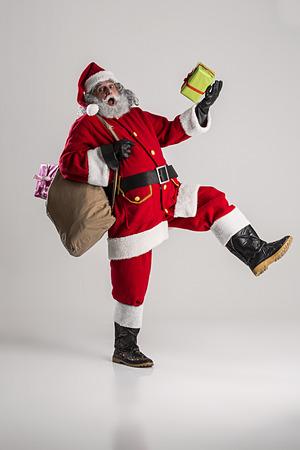 fröhlich lustig traditionellen Weihnachtsmann mit Tasche