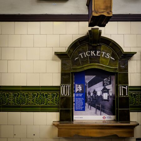 Londoner U-Bahn-Vintage-Ticketschalter. London, 2017. Quadratisches Format.