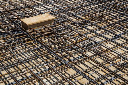 Barras de refuerzo de una losa RC en obra. Foto de archivo