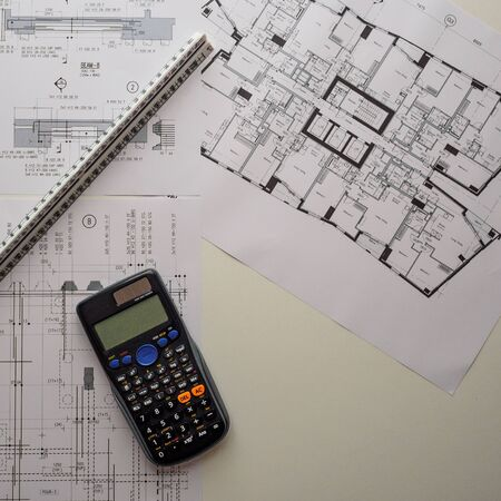 Visualizzazione di dettaglio di disegni costruttivi architettonici e strutturali con strumenti di progettazione. Formato quadrato. Archivio Fotografico