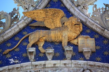 leon con alas: León con alas de oro de San Marco, Venecia, Italia Foto de archivo
