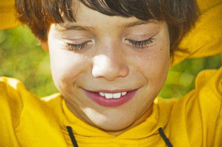 blindly: El ni�o feliz ciegamente sobre un fondo verde
