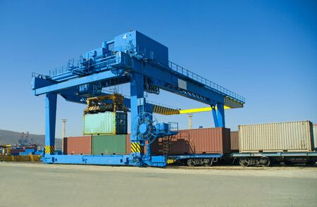 Loading of containers in port on rail cars
