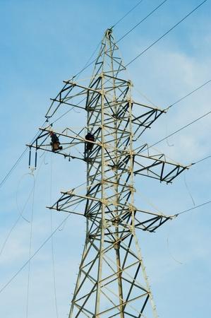 Linieros poder a trabajan en una torre de la torre. Foto de archivo - 8851345