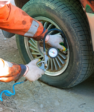 Inflate the car tyre with an air compressor