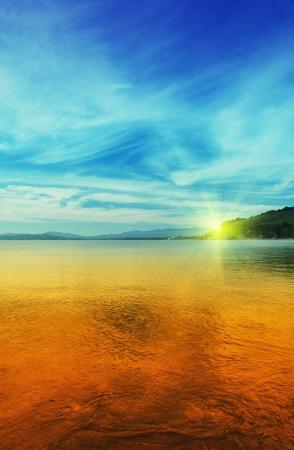 Sonnenuntergang auf dem Meer von Japan im Sommer Standard-Bild - 14971921