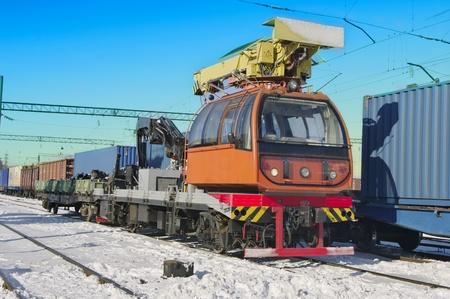 logging railroads: Treno gru carro gru idraulica montata su un treno merci della ferrovia auto per il sollevamento del vagone speciale del legno Archivio Fotografico