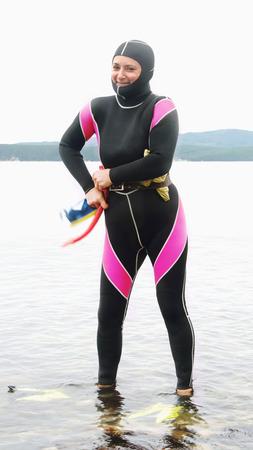 flippers: Freediver Mujer en un traje de buceo listo para navegar