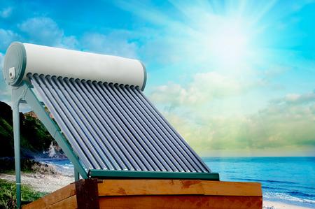 Zonneboiler voor groene energie op de achtergrond van zon en wolken