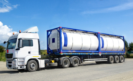 transport: chemisch transport container geladen op het aanhangervoertuig