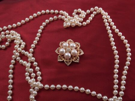 Eight-point star brooch surrounded by pearl strands