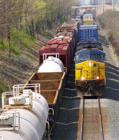 Aankomende goederentrein passeert een geparkeerde trein
