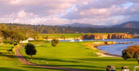 Campo de golf junto al mar en la tarde la luz del sol