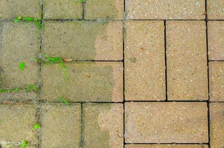 전원 세척으로 만든 차이를 보여주는 안뜰 벽돌 스톡 콘텐츠