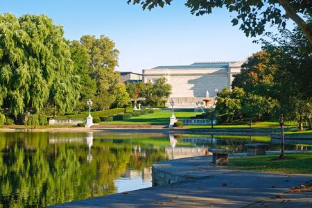 The Cleveland Museum of Art and trees weerspiegeld in Wade Lagoon, Cleveland (Ohio)  Stockfoto