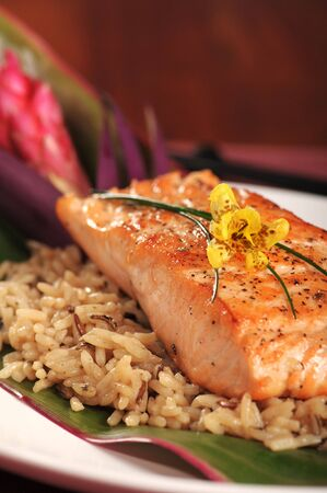Filete de salmón en la parrilla de arroz con un tema hawaiano Foto de archivo - 3804740